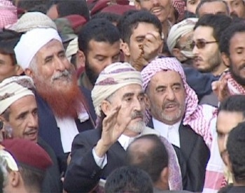 حتى آخر لحظة والعميد الراحل مجاهد أبو شوارب إلى جانب الشيخ عبد الله في  الأفراح والأتراح لحظة دخول الشيخ عبد الله إلىحوش منزله المكتض بالناس