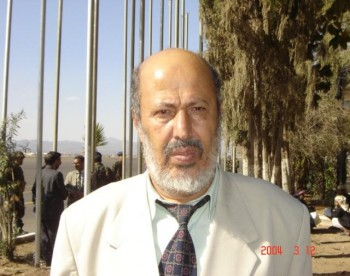 الأستاذ عبد السلام خالد كرمان عضو مجلس الشورى في استقبال الشيخ عبد الله  لحظات الانتظار 11/11/2004م