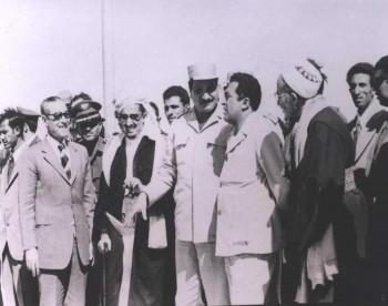 الرئيس الحمدي و الشيخ عبد الله بن حسين الأحمر والقاضي الحجري وعبد الله الحمدي عام 1975م