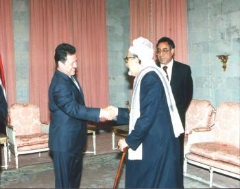 ملك الأردن عبد الله الثاني مستقبلاً الشيخ عبد الله بن حسين الأحمر في القصر الجمهوري أثناء زيارته لليمن 2002م