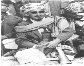استراحة المحارب الشيخ عبد الله ومعه رجال القبائل التي كان يقودها في معارك الدفاع عن الثورة والجمهورية أواخر الستينات