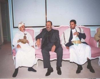 الشيخ عبد الله بن حسين الأحمر مستقبلاً الفنان السوري أسعد فضة في مقر إقامته بدمشق 1997م