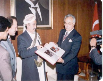الشيخ عبد الله مع نائب رئيس حزب الرفاه الإسلامي أثناء زيارته البرلمانية لتركيا أكتوبر 1994م