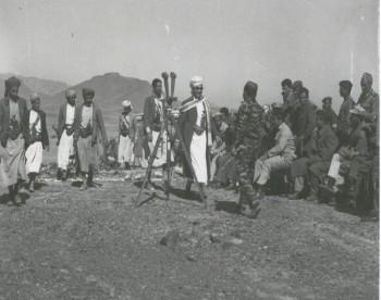 الشيخ عبد الله في إحدى جولاته الميدانية في المعسكرات أثناء معارك الدفاع عن الثورة والجمهورية 1967م .