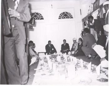 الرئيس النميري والرئيس الحمدي والشيخ عبد الله على مأدبة الغداء التي أقامها الرئيس الحمدي لضيفه السوداني 1975م .