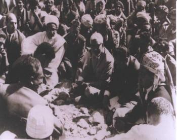 الشيخ عبد الله بن حسين الأحمر والأستاذ النعمان والقاضي عبد الرحمن الإرياني في مؤتمر السلام بخمر مايو 1965م