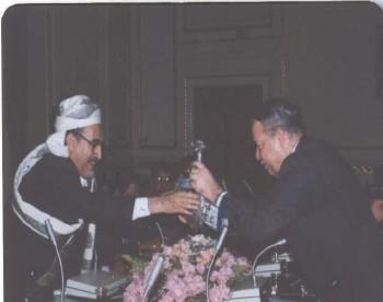 الشيخ عبد الله مع رئيس مجلس الشعب المصري الدكتور أحمد فتحي سرور أثناء زيارته البرلمانية لمصر في إبريل 1995م.
