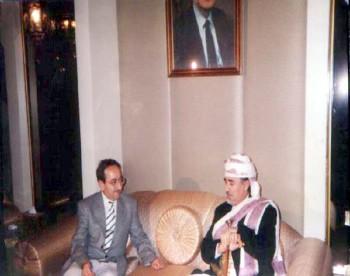 الشيخ عبد الله مستقبلاً الفنان السوري دريد لحام في مقر إقامته في دمشق اثناء زيارته البرلمانية لسوريا سبتمبر 1997م