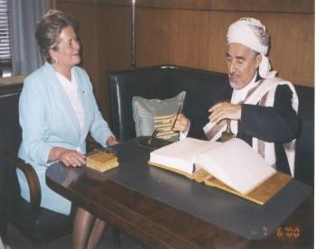 الشيخ عبد الله وبجانبه رئيسة البرلمان الفنلندي أثناء زيارته البرلمانية لفنلندا يونيو 2000م