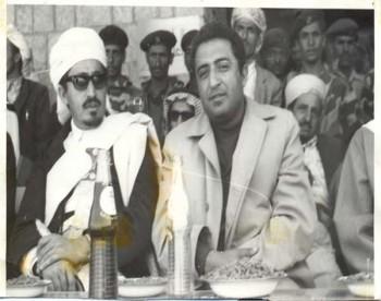 الشيخ عبد الله بن حسين  الأحمر  مع الرئيس إبراهيم الحمدي 1975م يرعى إحدى الاحتفالات