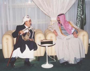 الأمير عبد الله بن عبد العزيز مستقبلاً الشيخ عبد الله بن حسين الأحمر في الرياض نوفمبر 2000م