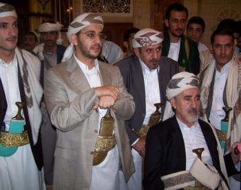 الشيخ عبد الله وأبنائه في استقبال جموع المهنئين بالعيد السعيد