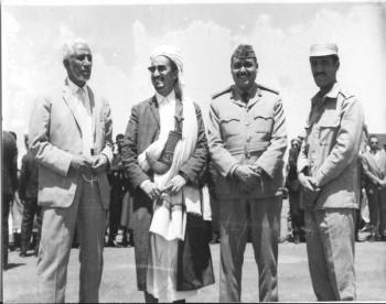 الشيخ عبد الله مع الأستاذ النعمان والعميد محمد الإرياني 1972م