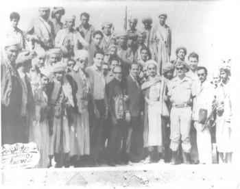الشيخ عبد الله بن حسين الأحمر في صورة تذكارية من ساحة معارك الدفاع عن الثورة والجمهورية 1967م