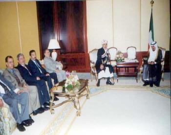 الشيخ جابر الأحمد الصباح أمير الكويت مستقبلاً الشيخ عبد الله أثناء زيارته البرلمانية للكويت أكتوبر 2000م