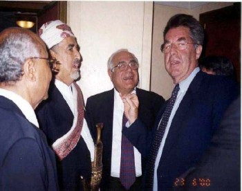 الشيخ عبد الله مع رئيس مجلس النواب النمساوي هانز فيشر أثناء زيارته البرلمانية للنمسا في يونيو 2000م