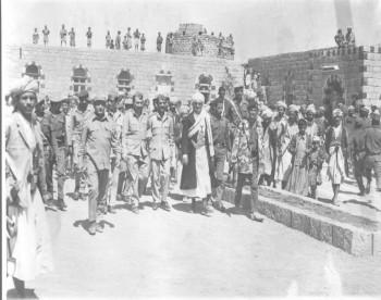 الشيخ عبد الله في إحدى زياراته الميدانية في بداية السبعينيات ويرى في الصورة الرئيس الحمدي قبل حركة يونيو 1974م