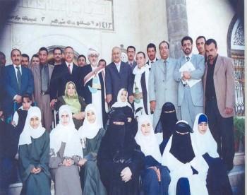 الشيخ عبد الله مستقبلاً ذوي الاحتياجات الخاصة في منزله بمناسبة الحملة الوطنية لتعليم ذوي الاحتياجات الخاصة نوفمبر 2005م