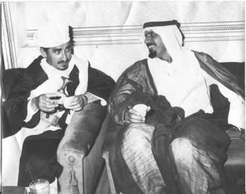 الشيخ عبد الله سنة 1975م وبجانبه أحمد خليفه السويدي وزير خارجية الإمارات العربية المتحدة