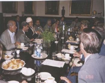 الشيخ عبد الله أثناء لقائه برئيس الوزراء الفنلندي في هلسكني أثناء زيارته البرلمانية لفنلندا في يونيو 2000م.