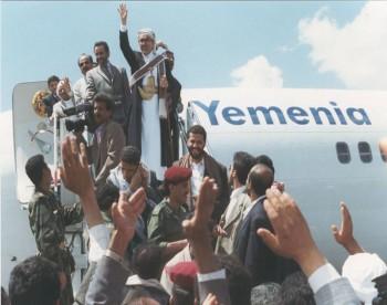لحظة الوصول إلى مطار صنعاء الدولي في مارس 1998م بعد رحلة العلاج الشهيرة إلى أمريكا ويرى خلفه العميد مجاهد وأمامه نجله حميد .