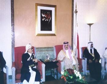 جلالة الملك حمد بن عيسى آل خليفة مستقبلاً الشيخ عبد الله بن حسين الأحمر في المنامة – ديسمبر 2003م
