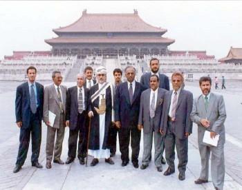 الشيخ عبد الله في بكين مع الوفد البرلماني المرافق وسفير بلادنا في الصين أثناء الزيارة البرلمانية للصين يوليو 1999م