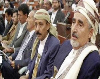 الشيخ عبد الله بن حسين الاحمر قبيل لحظات من اعادة انتخابه رئيسا لمجلس النواب عقب الإنتخابات النيابية 2003م