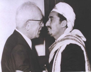 الشيخ عبد الله بن حسين الأحمر مع الرئيس اللبناني سليمان فرنجيه في أوائل السبعينات في بيروت