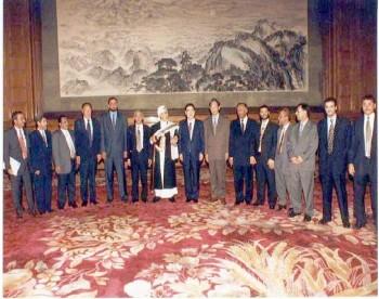 الشيخ عبد الله مع رئيس مجلس نواب الشعب الصيني لي بنغ اثناء زيارته البرلمانية للصين يونيو 1999م