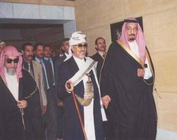 الأمير سلمان بن عبد العزيز  مستقبلا الشيخ عبد الله في دار الإمارة بالرياض أثناء زيارته البرلمانية للمملكة في نوفمبر 2000 ويرى في الصورة رئيس مجلس الشورى السعودي السابق محمد بن إبراهيم بن جبير .