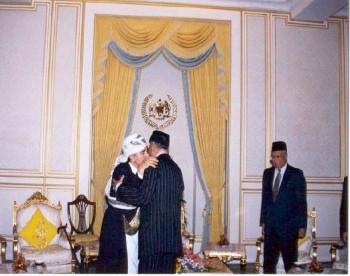 ملك ماليزيا يلتقي الشيخ عبد الله أثناء زيارته البرلمانية لماليزيا يونيو 1999م ويرى في الصورة رئيس مجلس النواب الماليزي ثون محمد زاهر