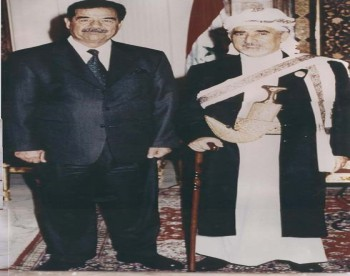 الرئيس العراقي السابق صدام حسين مستقبلاً  الشيخ عبد الله بن حسين الأحمر في اجتماع الدورة الطارئة للبرلمانات العربية في بغداد سبتمبر 2002م