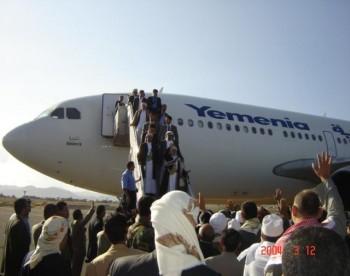 عجزت المراسم وقوات الأمن أن ترتب الناس الذين اندفعوا إلى سلم الطائرة