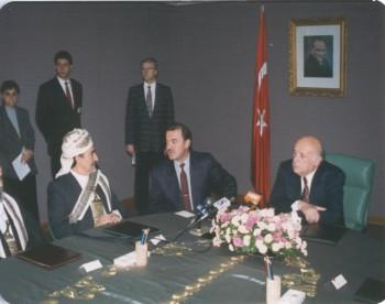 الرئيس التركي سليمان ديميريل يستقبل الشيخ عبد الله أثناء الزيارة ا لبرلمانية لتركيا في أكتوبر 1994م وبينهما المترجم