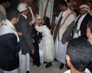 أيام عيد الفطر المبارك 1425هـ : حتى الأطفال يحبون الشيخ عبد الله بن حسين الأحمر