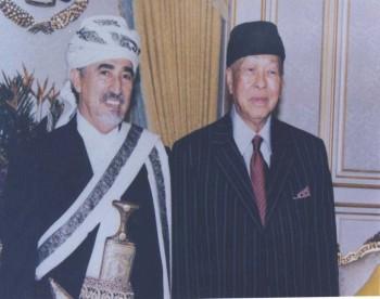 الشيخ عبد الله بن حسين الأحمر مع ملك ماليزيا الراحل صلاح الدين عبد العزيز شاه  أثناء زيارته لماليزيا 1999م