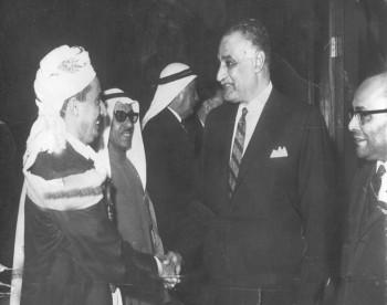 الشيخ عبد الله يصافح الزعيم الراحل جمال عبد الناصر أثناء المشاركة في مؤتمر القمة العربي في الجزائر 1970م