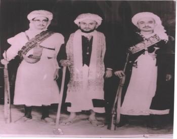 صورة نادرة في أواخر الخمسينات تجمع بين الشهيد حميد الأحمر والشيخ سنان أبو لحوم في الوسط والشيخ أمين أبو راس إلى يمين الصورة
