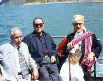 الشيخ عبد الله بجانب رئيس مجلس نواب مقاطعة شينج يانج ( تركستان ) ذات الحكم المحلي اثناء زيارته البرلمانية للصين في يونيو 1999م ويرى في الصورة عبد الواسع هايل سعيد