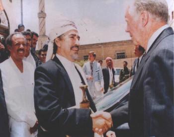 الشيخ عبد الله بن حسين الأحمر مستقبلاً الرئيس الأمريكي كارتر في منزله بالحصبة 1996م