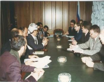 الشيخ عبد الله في لقاء مع رئيس حزب روسيا الجديدة أثناء زيارته البرلمانية لموسكو في ديسمبر 1996م.