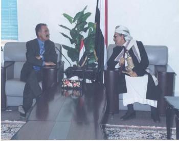 الشيخ عبد الله مستقبلاً رئيس الجمهورية علي عبد الله صالح أثناء حضور الأخير إلى مجلس النواب لتسليم ملفه الخاص بطلب ترشيخ نفسه لمنصب رئيس الجمهورية 1999م .