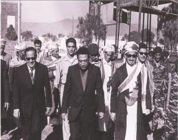 الشيخ عبد الله بن حسين الأحمر مع الرئيس الحمدي ورئيس وزرائه العيني 1975م .