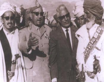 الشيخ عبد الله بن حسين الأحمر والزعيم السلال والنعمان والشيخ عبد الله حمود صليح في مؤتمر الجند بالقاعدة 1965م