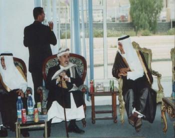 الشيخ عبد الله وبجانبه صاحب السمو الملكي الأمير تركي الفيصل.