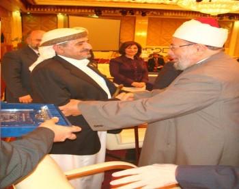 الشيخ صادق مع الشيخ الدكتور يوسف القرضاوي فى مؤتمر مؤسسة القدس السادس بالدوحة 13-10-2008 (1)